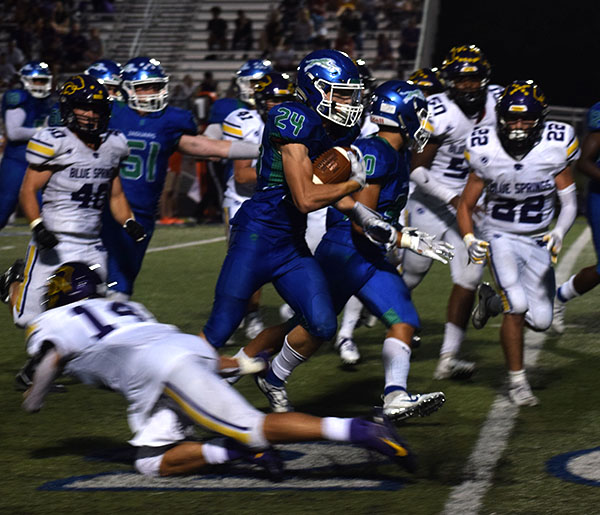 Jayden+Steele%2C+running+back%2C+runs+the+ball+through+Blue+Springs%27s+defense.%0APhoto+by+Tyler+Golden